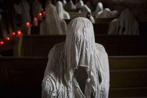 Cảnh rùng rợn trong nhà thờ chỉ có 'bóng ma' cầu nguyện ở Czech