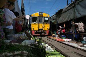 Ngạc nhiên chuyến tàu tốc hành ngang qua chợ 'cảm giác mạnh' Thái Lan