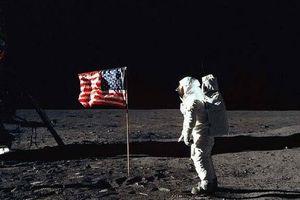 Con người lần đầu đặt chân lên Mặt Trăng