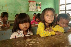 Gia Lai: Một ngày theo tụi nhóc đầu trần, chân đất đến trường