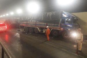 CLIP: Xe đầu kéo và xe tải đâm nhau trong hầm Hải Vân