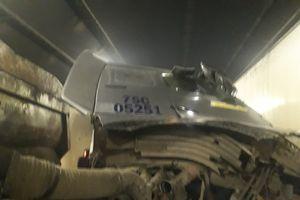 Tai nạn nghiêm trọng, xe đầu kéo mất lái va xe tải trong hầm Hải Vân