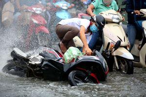 Người Sài Gòn té nhào vì triều cường dâng cao