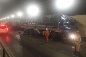 Hai xe tải đâm nhau trong hầm Hải Vân lúc sáng sớm
