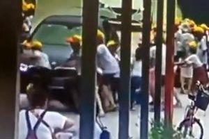 Lái xe trong sân trường, cô giáo cán bị thương 6 học trò
