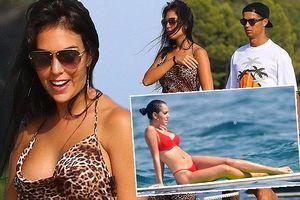 Bạn gái Ronaldo diện bikini thả dáng nuột nà trên biển