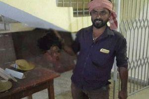 Ghen tuông, người chồng Ấn Độ chặt đầu vợ mang tới đồn cảnh sát tự thú