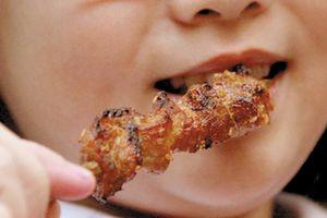 Nhiều cha mẹ quan niệm con ăn thịt nhiều sẽ khỏe, ít ốm vặt chuyên gia nói gì?