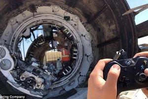 Nhân viên của tỷ phú Elon Musk điều khiển cỗ máy khổng lồ bằng… tay cầm XBOX