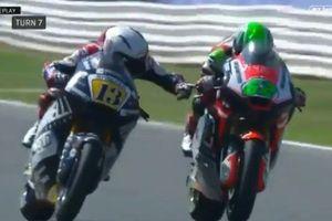 Clip: Romano Fenati đưa tay bóp phanh motor đối thủ giữa đường đua