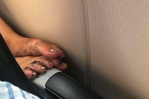 Hình ảnh cô gái thản nhiên gác đôi chân cáu bẩn, nồng nặc mùi lên ghế trước máy bay khiến dân mạng lắc đầu ngao ngán