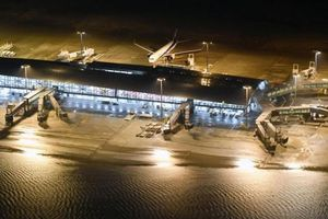 Sân bay hư hỏng vì siêu bão, hàng không Việt ngừng bay đến Osaka