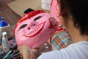 'Kén' người làm, nghề làm mặt nạ giấy bồi đứng trước nguy cơ thất truyền