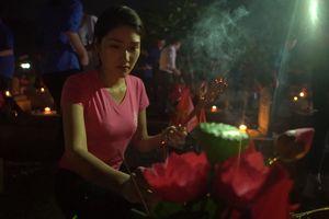 Thí sinh Hoa hậu Việt Nam thắp 11.000 ngọn nến tại Nghĩa trang Việt - Lào