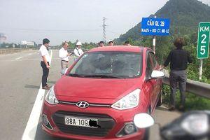 Xe ô tô ngược chiều lao vun vút trên cao tốc Nội Bài - Lào Cai