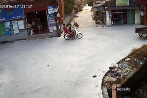 3 thanh niên lao xe máy xuống mương sau khi va chạm với 'ninja'