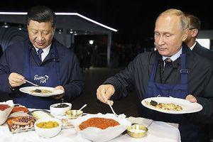 Tổng thống Nga và Chủ tịch Trung Quốc dạo chợ cá, cùng nướng bánh