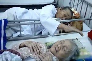 Rớt nước mắt hình ảnh cụ ông vuốt tóc vợ lúc cuối đời trong bệnh viện: Đừng khóc nhé, có tôi ở đây rồi