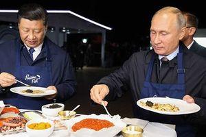 Ông Putin và ông Tập Cận Bình cùng nhau làm bánh pancake