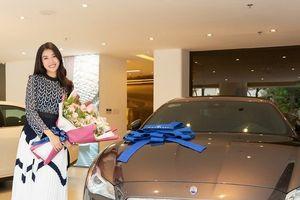 Ngắm Á hậu Thúy Vân rạng ngời bên Maserati Quattroporte 'siêu độc'