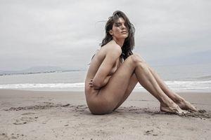Chân dài 23 tuổi gây tranh cãi vì chụp ảnh khỏa thân là ai?