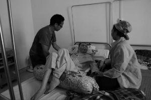Ròng rã 7 năm bám bệnh viện, người mẹ nghèo nhặt ve chai sống qua ngày
