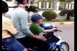 Thanh niên liều mạng khi cho trẻ nhỏ cầm lái xe máy