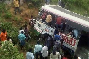 Tai nạn thảm khốc: Ít nhất 55 người chết vì xe buýt lao xuống vực