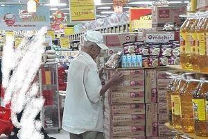 Ảnh suy ngẫm: Cụ ông 80 tuổi hằng tối chờ mua cơm hộp giảm giá