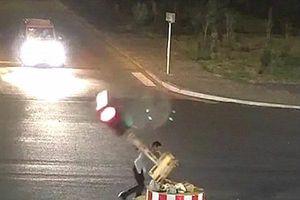 Không đủ kiên nhẫn chờ đợi, tài xế đập phá đèn giao thông
