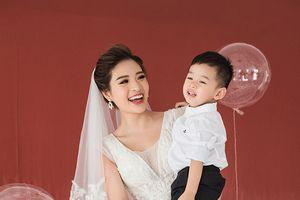 Hoa hậu Phan Hoàng Thu mặc váy cô dâu xinh đẹp, chụp ảnh cùng con trai