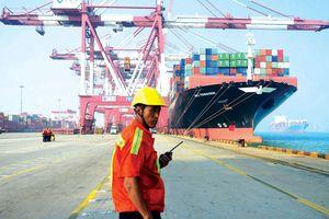 Giữa tâm bão, triển vọng thương mại Trung Quốc ảm đạm hơn