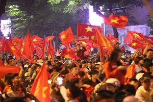 Người hâm mộ sục sôi chuẩn bị cờ hoa cổ vũ U23 Việt Nam