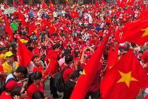 'Chảo lửa' phố đi bộ Nguyễn Huệ rực cháy khi U23 đá trận chung kết