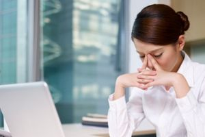 Làm việc nhiều trên máy tính - nguyên nhân dẫn đến bệnh khô mắt nguy hiểm
