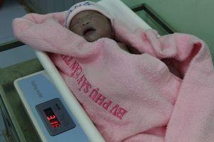 Bé gái xinh xắn xông đất Bệnh viện Phụ sản Cần Thơ lúc giao thừa