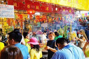 Dân nườm nượp đi chùa Bà Châu Đốc 2