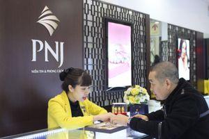 NSƯT Xuân Hinh, Thu Trang đi mua vòng phong thủy ngày vía Thần tài