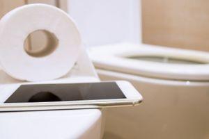 Ngừng ngay việc mang điện thoại vào nhà vệ sinh nếu không muốn 'chết sớm'