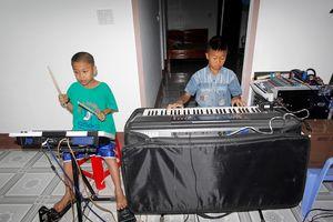 Hai anh em nhà nghèo Ninh Hòa tự chơi nhạc khiến nhiều người thán phục