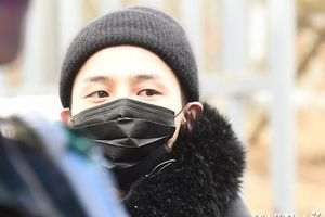 G-Dragon đeo khẩu trang kín mặt tới doanh trại nhập ngũ