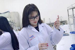 Xinh đẹp nhưng bị chê 'làm màu' trong phòng thí nghiệm, nữ sinh trường Dược nói gì?