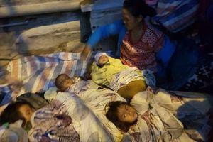 Người mẹ ôm 4 con nhỏ bắt xe từ Lào ra Hà Nội xin quần áo cho con vì nhà quá nghèo