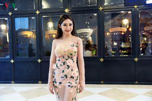 Khổng Tú Quỳnh táo bạo diện váy mỏng khoe thân hình nóng bỏng