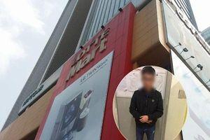 Hà Nội: Cô gái trẻ hoảng hốt phát hiện nam thanh niên 'nằm vùng' trong nhà vệ sinh nữ lén quay clip bằng Ipad