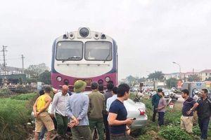 Kinh hoàng xe hơi bị tàu hỏa đâm ngang sườn vì chết máy trên đường ray