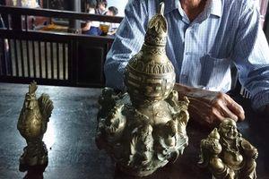 Đào nền nhà rường trăm tuổi, phát hiện 3 vật bằng đồng nghi cổ vật thời Minh - Thanh