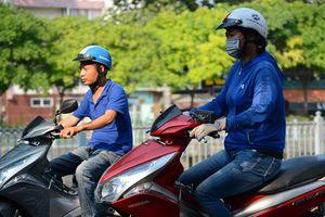 Xe máy thiếu kính hậu: Câu chuyện về cái đẹp và an toàn