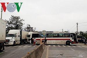 Quốc lộ 1A ách tắc kéo dài vì xe khách biển số Lào chắn ngang đường
