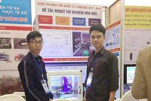 Học sinh dùng kiến thức vật lý, tin học, hóa học để chế tạo robot